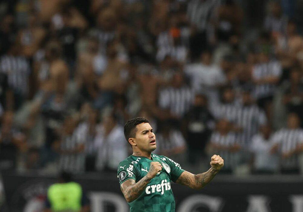 O jogador Dudu, da SE Palmeiras, comemora seu gol contra a equipe do C Atlético Mineiro, durante partida válida pelas semifinais, volta, da Copa Libertadores, no estádio Mineirão. (Foto: Cesar Greco)