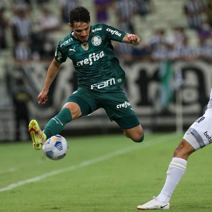 O jogador Raphael Veiga, da SE Palmeiras, disputa bola com o jogador Kelvyn, do Ceará SC, durante partida válida pela décima nona rodada, do Campeonato Brasileiro, Série A, na Arena Castelão. (Foto: Cesar Greco)