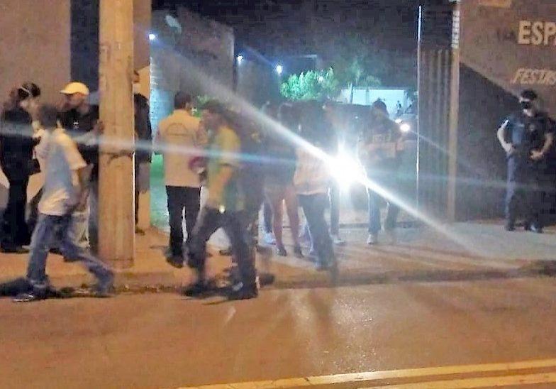 convidados deixam o local_ observados pela Guarda Civil